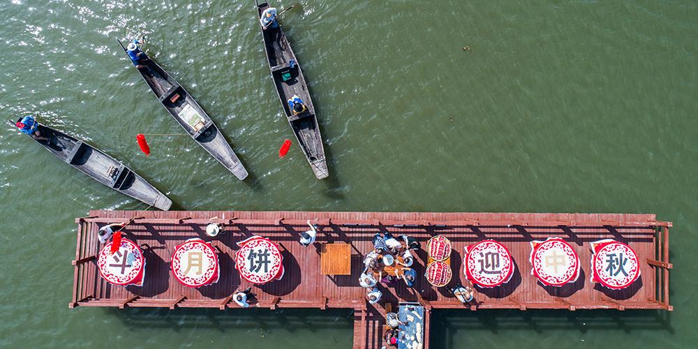 Фермеры из озерного края на востоке Китая празднуют сбор богатого урожая