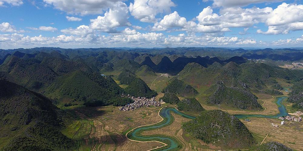 Живописная деревня на берегу горной реки в Юньнани