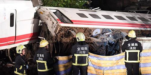 В результате схода с рельсов поезда на Тайване погибли 18 человек