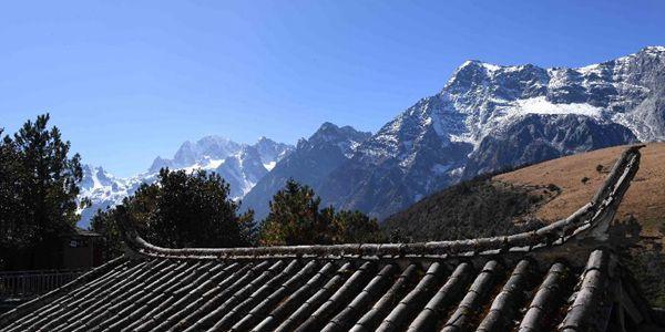 Красивый пейзаж в заснеженных горах Юйлун