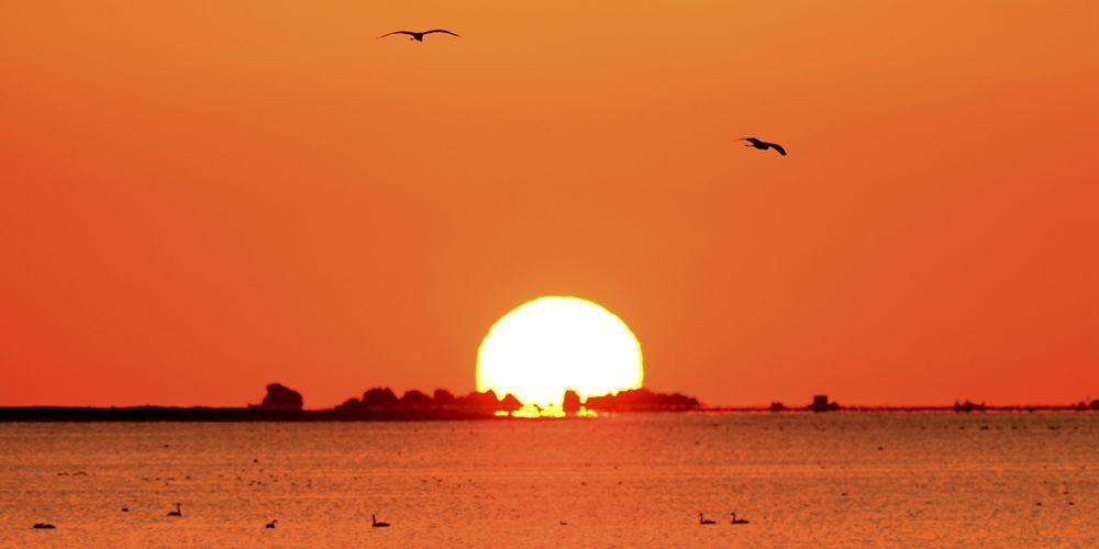 Солнце восходит над озером Тяньэху на востоке Китая