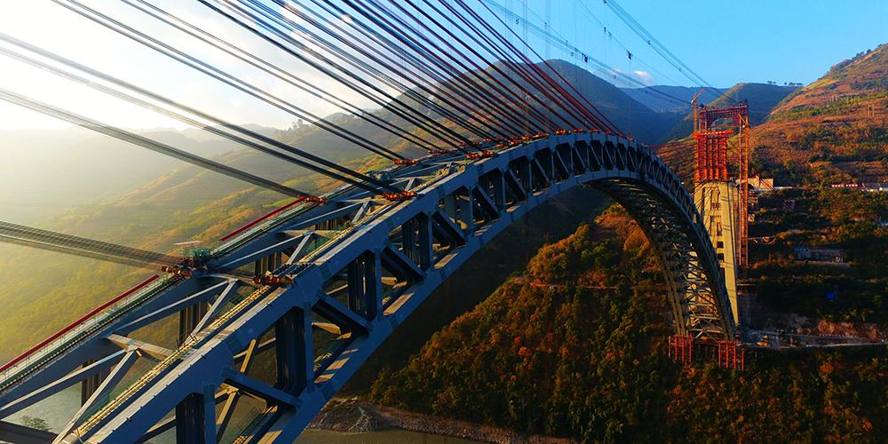 В провинции Юньнань завершена стыковка арочного железнодорожного моста с самым большим в мире пролетом