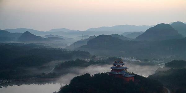 Горы Лунхушань в тумане на востоке Китая