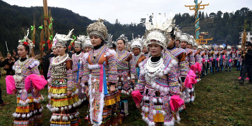 """Народные гулянья """"Датуннянь"""" в уезде Жуншуй"""