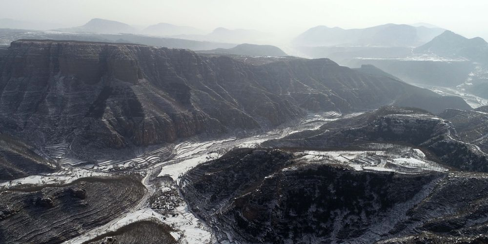 Графичная красота гор Тайхан под снегом