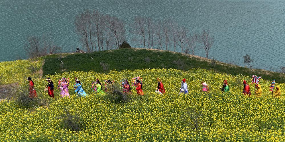 Яркие выступления артистов с цветными фонариками в провинции Ганьсу