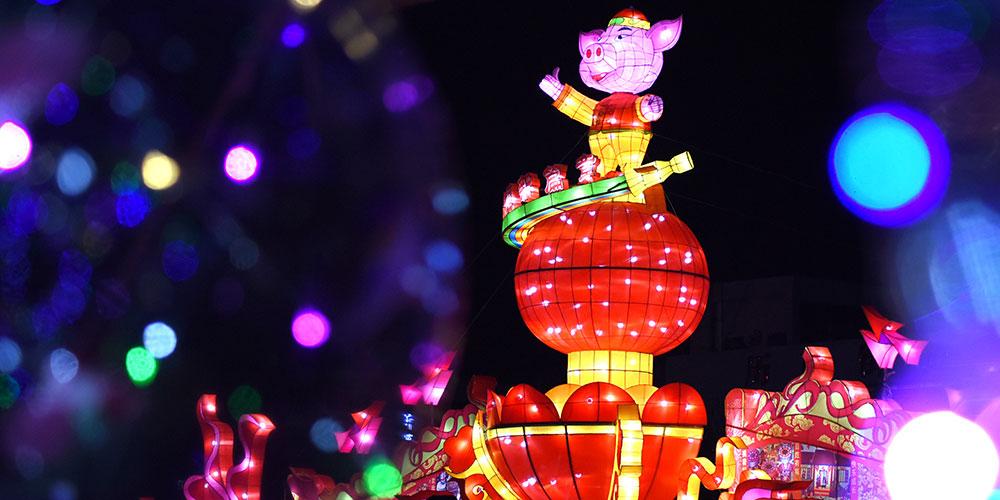 Китайцы встречают праздник Юаньсяоцзе выставками фонарей
