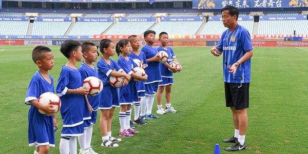 В летние каникулы китайские школьники наслаждаются футбольным спортом
