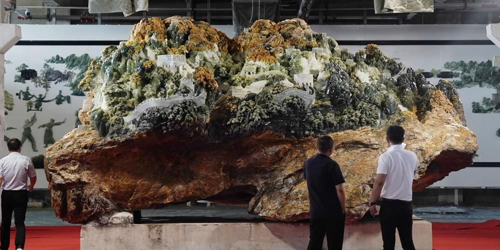 В провинции Ляонин представили вырезанную из жадеита Великую Китайскую стену