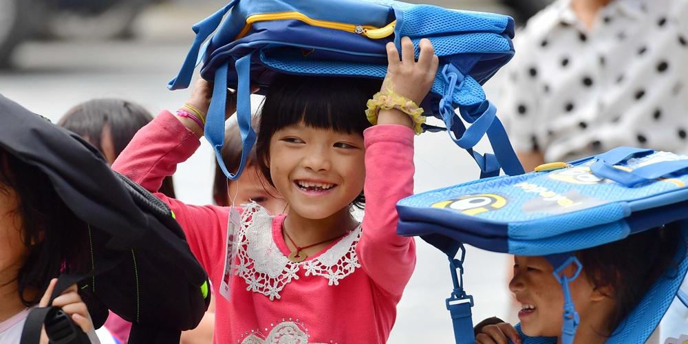 Летние каникулы ребят в далекой горной деревне народности мяо