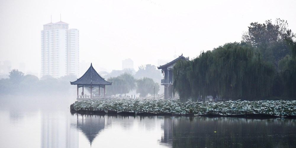 Живописное полотно озера Даминху в провинции Шаньдун