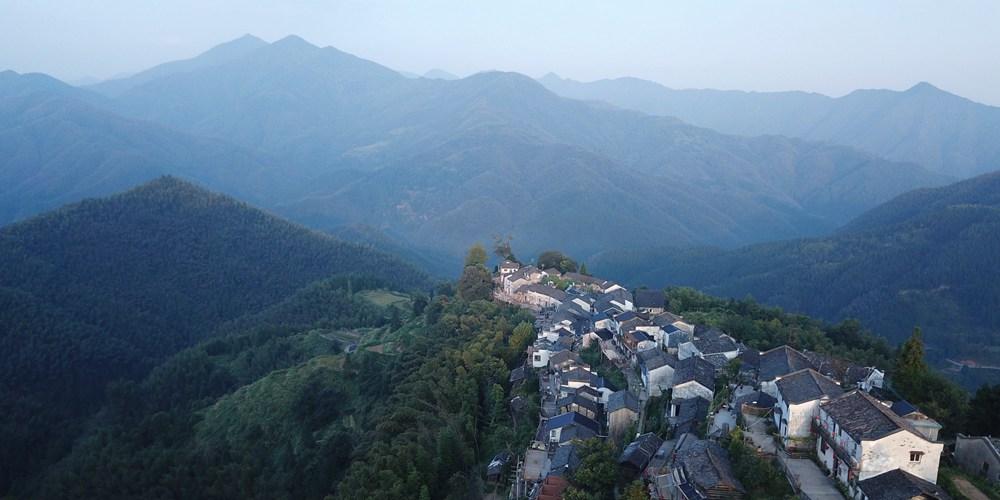 Первые лучи солнца над горной деревушкой в провинции Аньхой