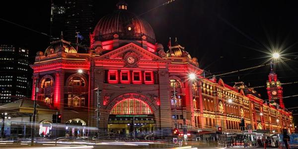 Самые узнаваемые здания Мельбурна окрасились в красный в знак поддержки Китая
