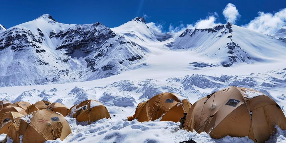 Передовой лагерь на горе Джомолунгма после снегопада