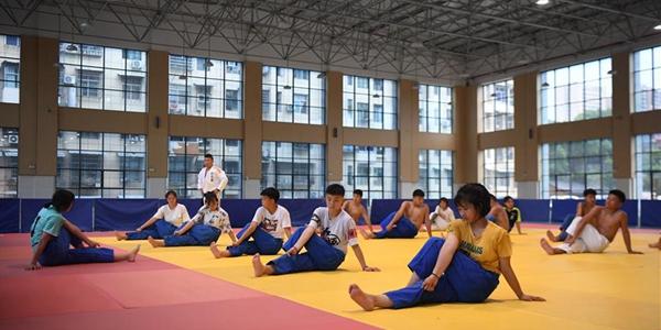 Занятия по дзюдо в спортивной школе города Чжанцзяцзе