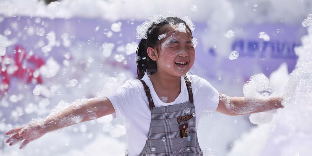 Китайские дети отмечают наступающий Международный день защиты детей