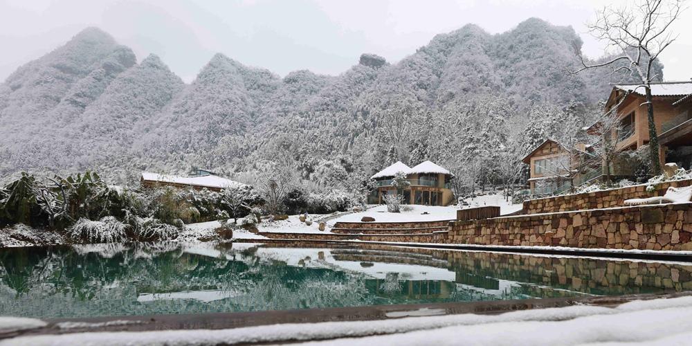 Снегопад над уединенными горными хижинами