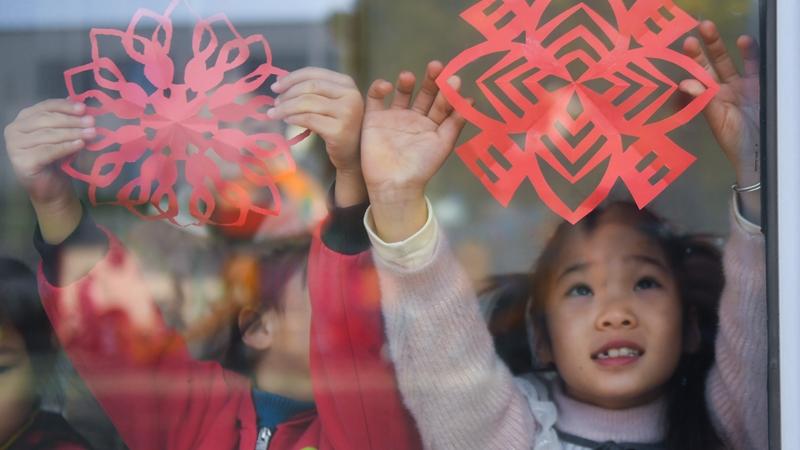 Дети вместе с воспитателями вырезали картинки из бумаги в преддверии праздника Весны