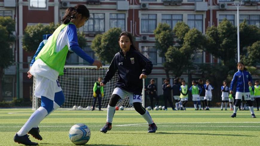 Женская школьная команда из Шанхая готовит будущих звезд футбола