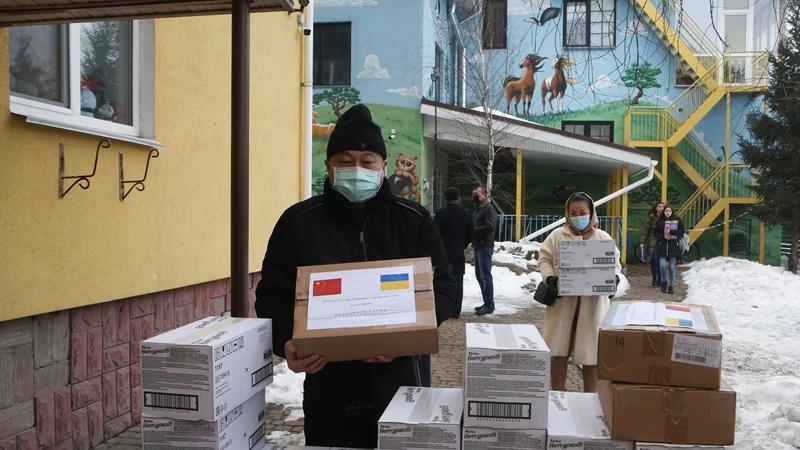 Китайская диаспора передала детским домам Украины подарки по случаю праздника Весны