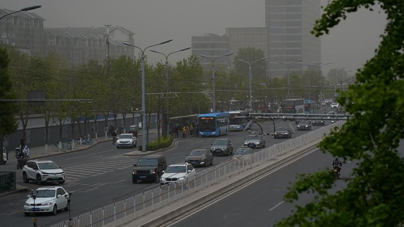 На Пекин обрушился сильный ветер, принесший с собой песок и пыль